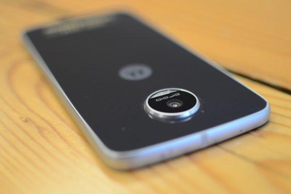 O Moto Z está recebendo a atualização para o Android 7.0 Nougat via OTA. (Foto: Divulgação/Digital Trends)