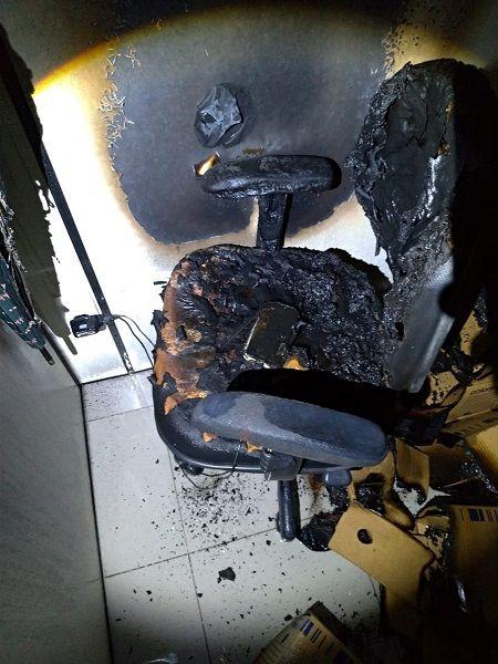 Celular esquecido ligado na tomada causa incêndio em prédio comercial.