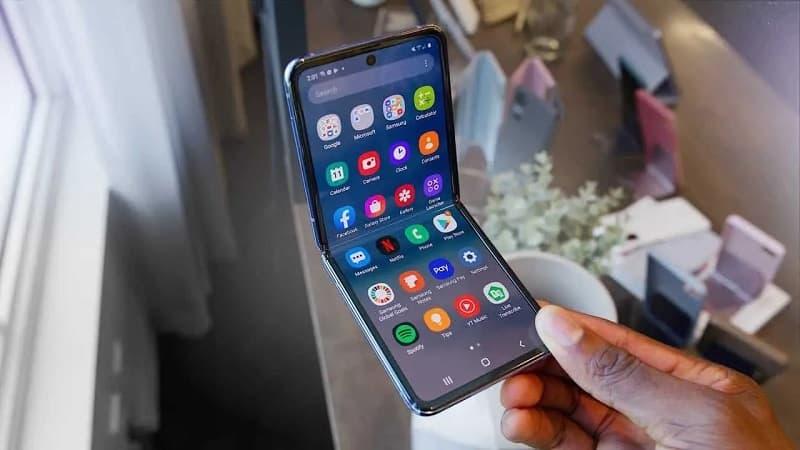 Galaxy Z Flip semi aberto.
