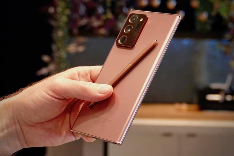 Traseira Galaxy Note 20 Ultra com a S-Pen.