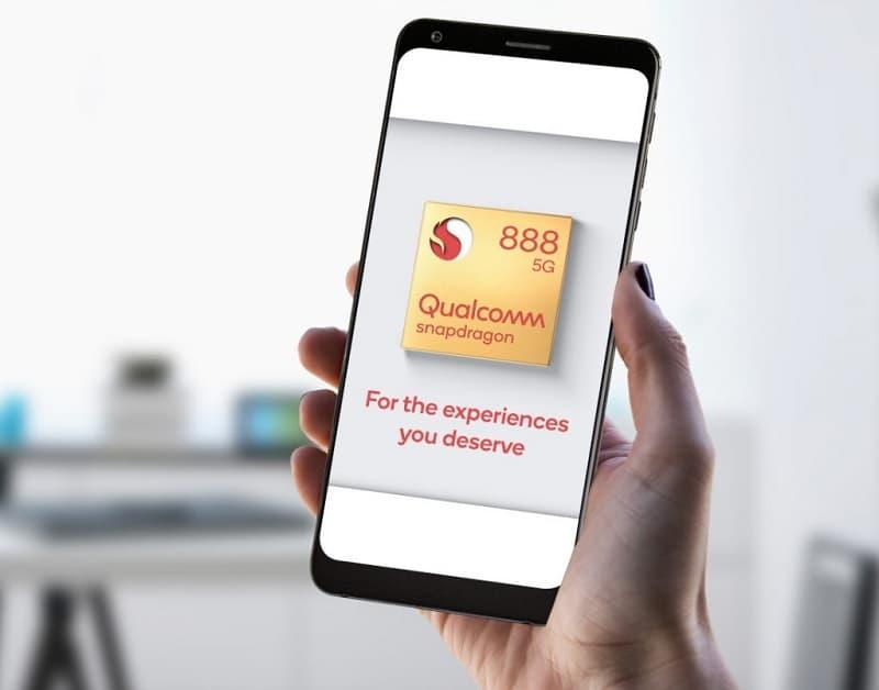 Smartphone com imagem do Snapdragon 888 5G na tela.